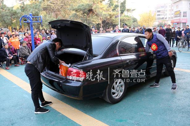 """11月8日,文化路派出所社区民警在立新社区向居民表演自编的防偷窃""""情景剧""""。"""