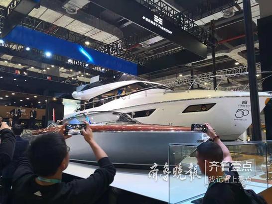 法拉帝展出两艘游艇,14米长的Ferretti450以宽敞实用的空间、优雅的内饰为主要特色,是品牌近年来最成功的型号之一;另一艘10米长的Aquariva(超级出水丽娃)来自拥有176年传奇历史的丽娃品牌,船体和主要细节均由手工打造,体型虽小,建造工时却达1000小时,优雅的轮廓和桃花心木镶嵌枫木线条的亮漆甲板为其独特标志。齐鲁晚报·齐鲁壹点 张玉岩