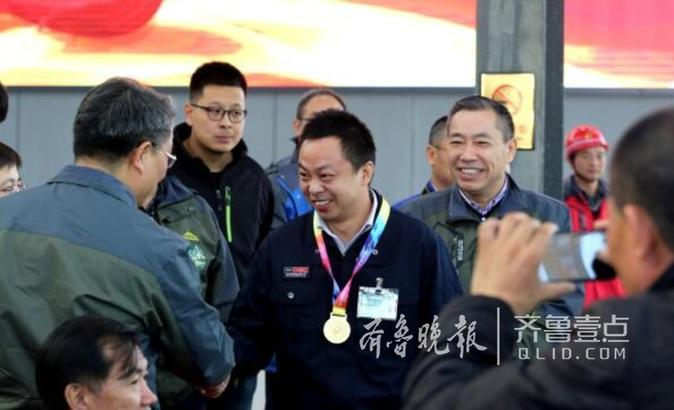 """当日,在济南""""金鲁班""""电梯培训学校举办的2017中国技能大赛全国首届电梯安装维修工职业技能竞赛落下帷幕,除了电梯工干旻旭获得全国""""五一""""劳动奖章提名。另外三名获得一等奖的电梯工人则获得了""""全国技术能手""""的提名。 齐鲁晚报·齐鲁壹点记者左庆摄"""