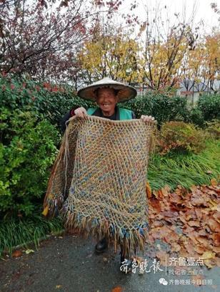 蓑衣是用稻草或者是蒲草编织成的,在过去的时候每每到雨天,大家都穿上蓑衣带上斗笠,去田里干活,既方便,又遮风挡雨,还能保暖。 到了现在流传了多年的蓑衣已经被雨衣,雨伞代替了。