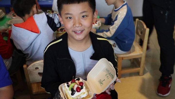 果然视频|齐鲁晚报小记者DIY蛋糕,给妈妈一份甜蜜
