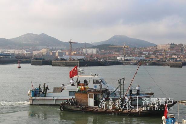 接到情报信息后,岚山边防派出所官兵立即报告大队部,同时联系渔政、海事等相关部门紧急出动,驾驶三艘快艇前往拦截。