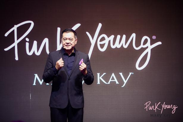 玫琳凱亞太區總裁蔡慶國先生在發布會現場,介紹了 Pink Young 的品牌理念——鼓勵每一 位女性可以大膽地粉著每一種精彩的存在,不為年輕設限,也不被完美框住,為自我而美, 更為出彩而活。