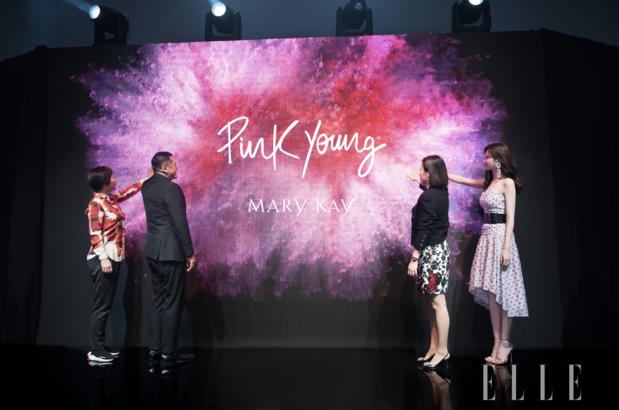 玫琳凱亞太區總裁蔡慶國先生,玫琳凱大中國區高級營銷副總裁翁文芝女士,嘉賓沈夢辰女 士與上海時裝周組委會副秘書長呂曉磊女士一同為 Pink Young 揭幕,共同見證該全新彩妝 子品牌的誕生。