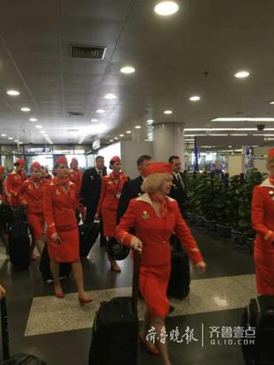"""经过7小时20分钟的飞行,飞机平稳降落在莫斯科谢列梅捷沃机场。飞机落地后,机舱内响起一片掌声。据了解,落地后的掌声是旅客向机组人员致谢,并非叩谢""""不杀之恩""""。(齐鲁晚报·齐鲁壹点特派记者记者 李志刚 发自莫斯科  编辑:吴佳)"""