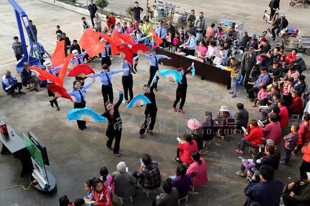 """枣庄市公安局市中分局民警和永安镇聂庄村群众一起跳起自编的舞蹈""""颂歌献给党""""。"""