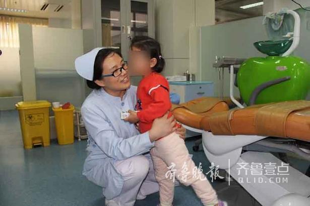 """儿童口腔+张园园 摄 拿到礼物的孩子,抱着护士阿姨害羞地亲了一下,然后在阿姨耳边说起了悄悄话。护士阿姨听了后合不拢嘴,搂着孩子笑着说,""""对,宝贝你是最勇敢的,以后听妈妈的话,做妈妈的乖宝宝。"""""""