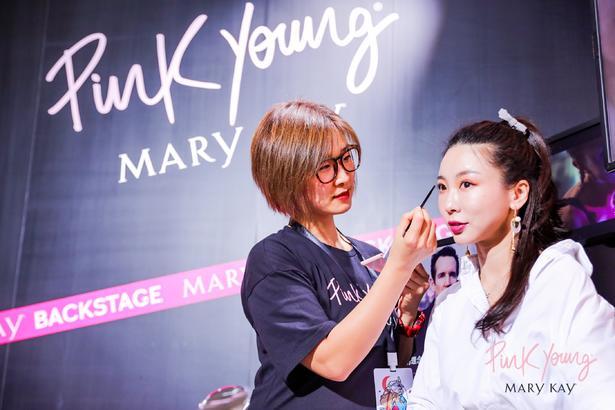 現場嘉賓來到產品試用區試用產品,Pink Young 豐富的單品色彩和易于上色、易于延展的質 地吸引了眾多年輕女性。