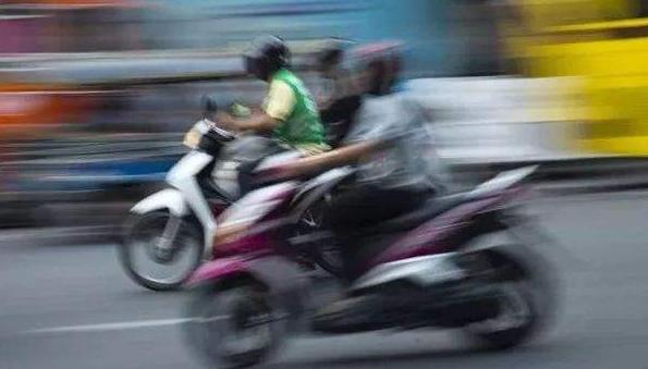 """天暖摩托车又""""撒野"""""""