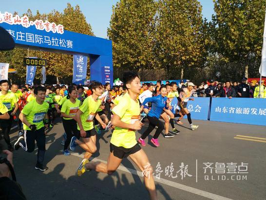 9点整比赛开始,选手们冲出起跑线。齐鲁晚报·齐鲁壹点 记者 杨蕾 摄影报道