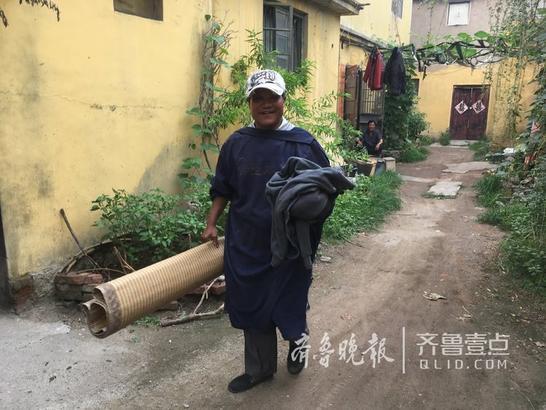 这里的居民要搬离住了几十年的房子了,虽有不舍,怀抱着对新生活的向往,开始新的生活。