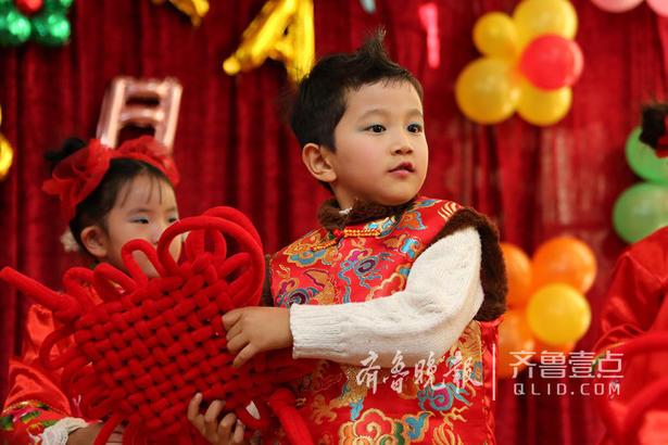 图为1月29日,枣庄市妇女儿童活动中心幼儿园的孩子们在表演节目。