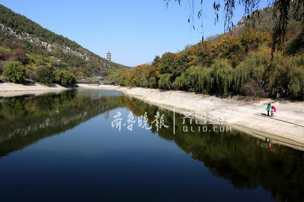 11月4日,一名摄影爱好者在枣庄市峄城石榴园拍摄美景。