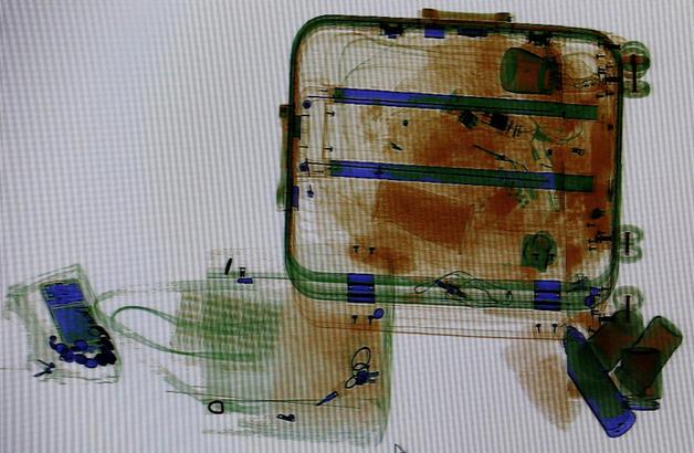"""21日,为期40天的2019年春运正式启动。在枣庄客运中心安检仪上,旅客们大小不同的行李好似一幅幅""""水彩画""""。""""画""""出一年辛劳的缩影,装满了回家的年货和对亲人满满的爱,成为春运中独特的""""风景""""。  图片均为:1月21日,在枣庄客运中心安检仪显示屏上拍摄的旅客携带的行李。  齐鲁晚报·齐鲁壹点 情报员  吉 喆 摄"""