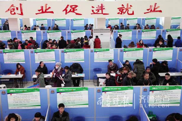 求职者挤满了招聘会现场。