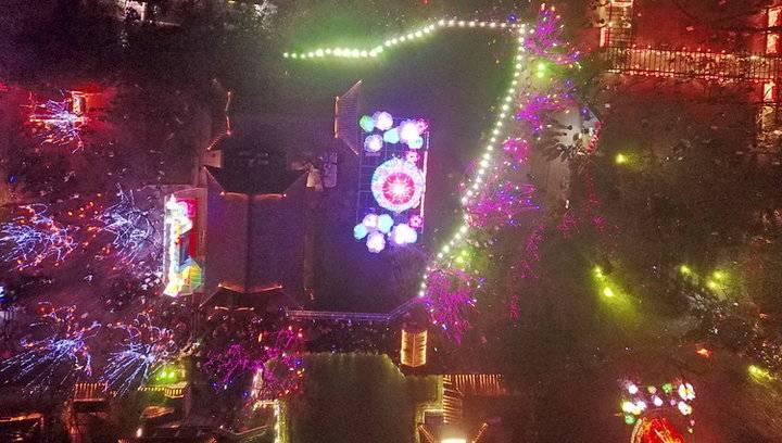 航拍趵突泉元宵节灯会,数万盏灯灿烂梦幻美如仙境