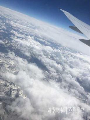 北京时间12:15,航班准时起飞。