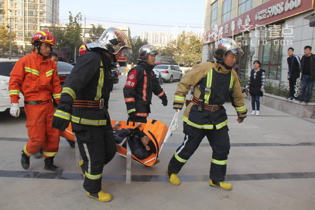 准备工作完成后,内部救援人员将多功能担架托起,经过通风口放在拉梯上,外部救援人员全力将担架沿着拉梯下放将被困人员救出,随后转移给现场救护人员。 齐鲁晚报·齐鲁壹点通讯员 郭昊 记者  秦政 摄
