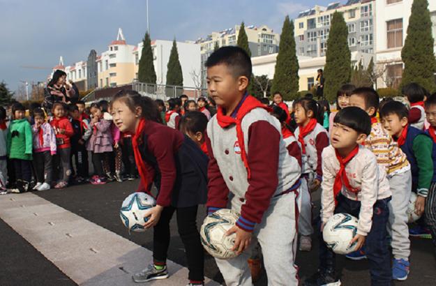 """足球文化节     近日,锦华小学举行了首届校园足球文化节。活动以""""我的足球梦""""为主题,根据不同年龄段的学生,精心设计了不同的比赛项目。(齐鲁晚报·齐鲁壹点记者 陈乃彰 通讯员 王恩兰 摄影报道)"""