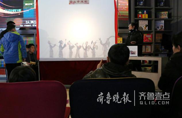 图为2月8日,市民在观看皮影戏。