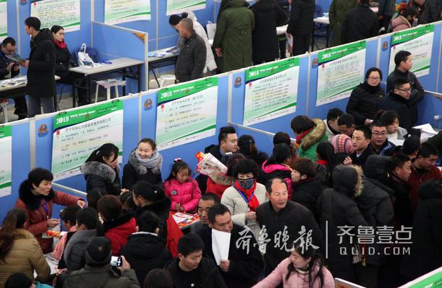 一家家政公司的摊位前挤满了求职者。