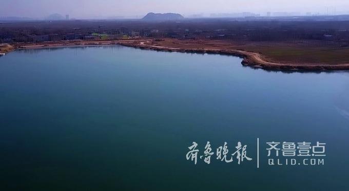 13日,济南北郊的龙湖湿地,三九天持续数日-10摄氏度以下的低温让水面基本完全冰封,空中看去湖面变成了一大块蓝绿色的翡翠,壮观美丽。
