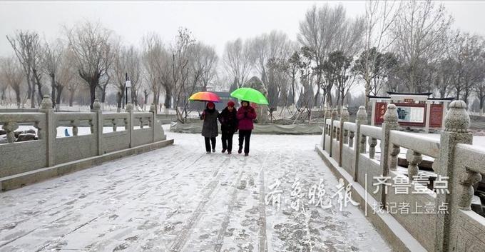 很多市民到东昌湖边赏雪,将令人惊喜的雪景与心情晒出来,与朋友分享。齐鲁晚报·齐鲁壹点 记者 贠建伟