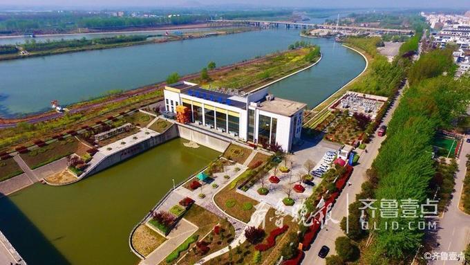 """壹粉""""天下看台""""在齐鲁壹点情报站中发布了一组图片,是4月9日航拍的南水北调台儿庄泵站。"""