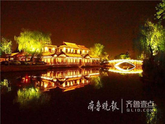 16日夜,济南大明湖景区的花草在彩灯下变成了梦幻的颜色。