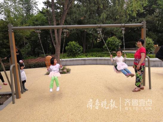 李沧文化公园是山东首座可用于应急避难的公园,每天都有众多居民来此散步、休憩。17日,经过约7个月海绵化改造后,该公园实现了华丽变身。