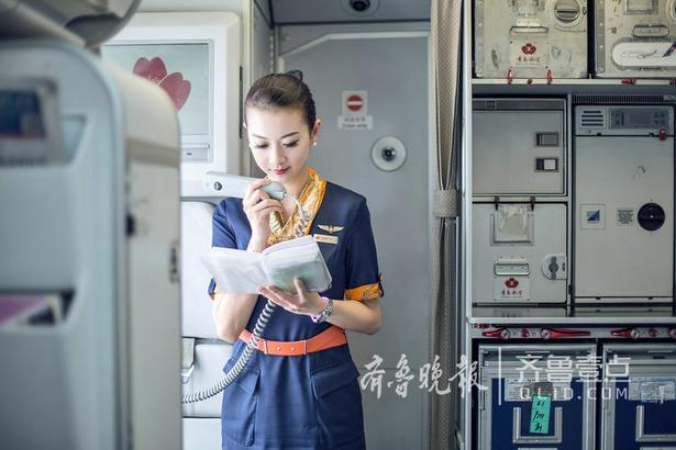 """正如她眼中的青航:活力,积累,传承。""""青岛航空已经走进第四个年头,我们与公司一起并肩前行,积累了很多经验,也收获满满。青航很年轻,所以充满活力。在未来的日子里,我相信青航优秀的企业文化将会更好地传承下去,继续为广大旅客提供优质的服务、安全的旅程,让我们跟随青岛航空共同成长!""""  齐鲁晚报·齐鲁壹点记者 赵波 通讯员李娟 普丹"""