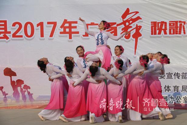 近日,由中共成武县委宣传部、成武县文化体育局主办的成武县2017年广场舞、秧歌舞精品展演在成武县文化中心成功举办,本次展演活动为期两天,共有40支优秀队伍参加了本次展演,各代表队赛出了风格、赛出了水平,舞出了时尚,秀出了魅力,通过评委老师的现场点评,也使得各代表队提高了艺术水平。齐鲁晚报·齐鲁壹点 记者 李德领 摄影报道