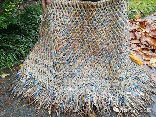 亮点就是大爷身上披的蓑衣,大爷今年74岁了,他告诉壹粉这件蓑衣是他亲手编织的。巧手的大爷还在里层装饰了彩绳,颜色搭配起来也是好看!大爷还是隐藏在时尚界的搭配高手!