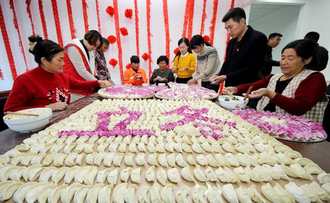 图为:11月7日,枣庄市光明路街道陈庄社区,党员志愿者和环卫工人、困难居民一起包饺子、 唠家常。
