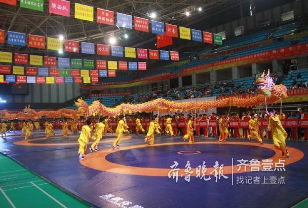 """9月14日至16日,""""鲁阳型材杯""""2018年全国中国式摔跤冠军赛在聊城体育馆举行,由国家体育总局举重摔跤柔道运动管理中心、中国摔跤协会主办,山东省摔跤协会、聊城市体育局承办。本次比赛共报名72支代表队,参赛人数891人,是近几年来冠军赛、锦标赛报名人数最多的一次。 齐鲁晚报·齐鲁壹点记者李军"""