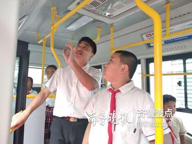 """开学第一课""""最帅公交司机""""教安全乘车"""