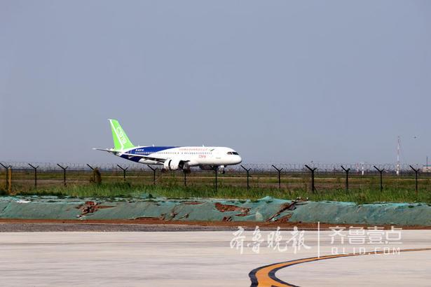 2018年7月12日14时57分,C919大型客机102架机从上海浦东机场起飞,历经1小时46分的飞行,平稳降落在山东东营胜利机场,顺利完成首次空中远距离转场飞行。齐鲁壹点记者 任小杰 摄影