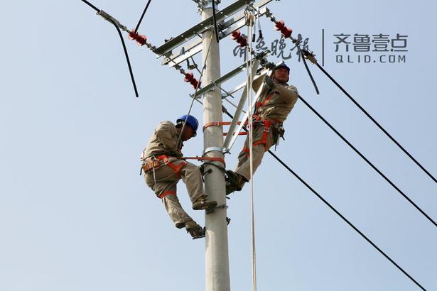 他们加装分段开关1台,跌落开关1台,改造线路25千米,提升线路供电能力,助力乡村振兴,为农业强、农村美、农民富加油助力。
