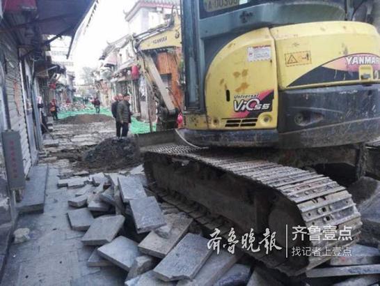 11月9日,济南芙蓉街,队伍已经开始大规模施工。挖掘机将石板撬开,然后开始挖掘下水道。