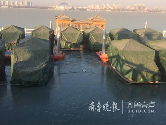 12日上午8时,东昌湖边,工作人员正在对游船周边进行人工破冰。工作人员介绍,冰层不断变厚会挤压船体,为了保证水里过冬的船只不受损坏,工作人员会随时注意冰层,进行人工凿冰,让船体周围形成活水,保证游船安全过冬。    齐鲁晚报 齐鲁壹点 记者 王尚磊
