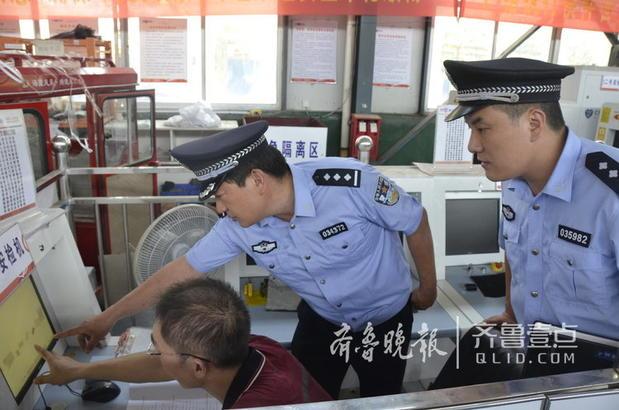 图为民警通过X光机查验寄递物品情况。 齐鲁晚报·齐鲁壹点通讯员 刘阳河 记者 马明 摄