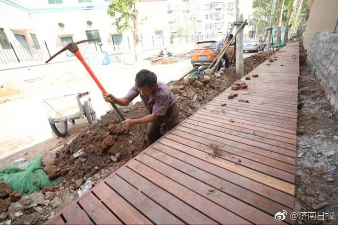 拆违后,斜马路建济南首个木制人行道
