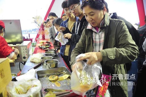 济宁展区内的孔府特有的美食也引来不少市民的尝鲜。