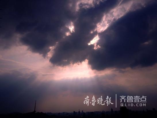 12日傍晚,济南天空乌云密布。突然间西部天空出现一道光柱,从云缝直泻而下,形成瑰丽天象,瞬间消逝。这种天气也许预示有一场大雨在后边?  齐鲁晚报齐鲁壹点记者周青先摄