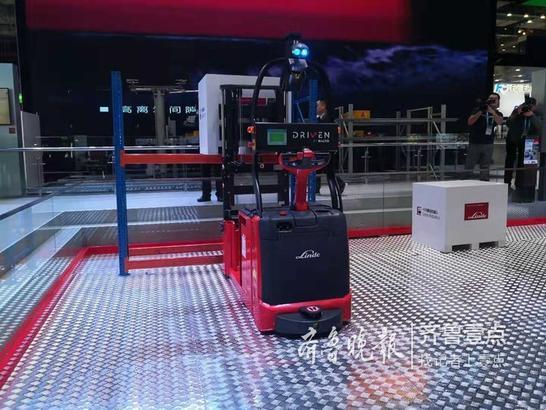 林德(中国)展出引领潮流的智能化设备-林德物料搬运机器人L-Matic AC,环保节能的新能源叉车-氢电池和锂电池叉车。
