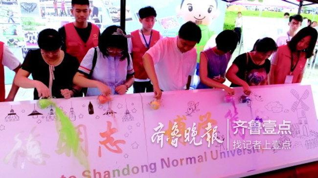 山东师范大学校长唐波(右四)与新生一起玩游戏.图片