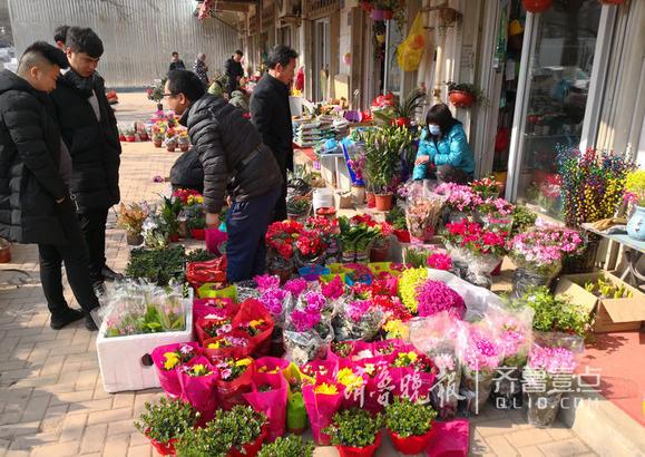 很多市民陆续前来选购花卉。