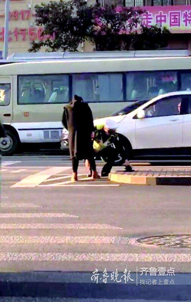 济南交警路中给孕妇系鞋带,他说了一句话,帅呆了!