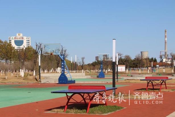 """""""目前游乐园中有一个游乐设施已经建成,其它设施也会在近期安装。游乐园的规划是因地制宜的,不影响公园原本的设施,我们还计划在游乐城内多设几个公共厕所和长椅,方便市民游玩。游乐场计划明年元旦当天运营,届时将开设22个娱乐项目,后期还将计划增设21个娱乐项目。公园运营后将继续保持现在的开放模式,市民仍可以免费入园观光,只是在体验项目时需要收费。""""曲主任说道。"""