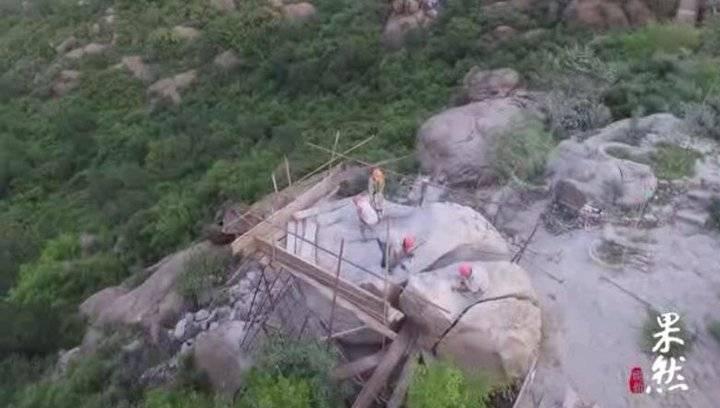 果然视频|济南药山下新建学校,工人山顶砸石排险
